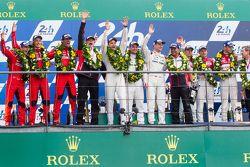 LMP1 pódio: vencedores Porsche Team: Nico Hulkenberg, Nick Tandy, Earl Bamber, segundo lugarPorsche