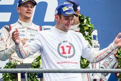 LMP1 pódio: vencedores Porsche Team: Nico Hulkenberg, Nick Tandy, Earl Bamber celebram 17ª vitória d