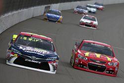 Clint Bowyer, Michael Waltrip Racing Toyota y Jamie McMurray, Chip Ganassi Racing Chevrolet