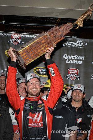 El ganador de la carrera Kurt Busch, Stewart-Haas Racing Chevrolet