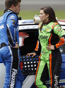Ricky Stenhouse Jr., Roush Fenway Racing Ford ve Danica Patrick, Stewart-Haas Racing Chevrolet, yağm