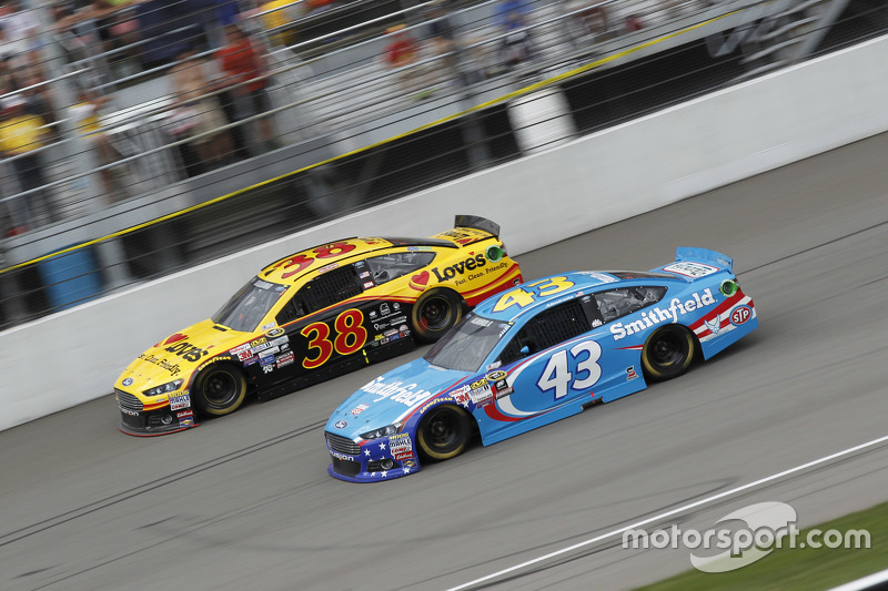 David Gilliland, Front Row Motorsports, Ford, und Aric Almirola, Richard Petty Motorsports, Ford