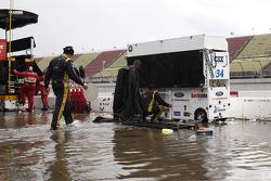 Regenwasser flutet die Boxengasse