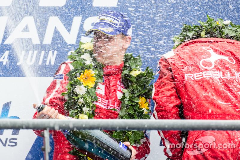 LMP1-Privatier-Podium: Rebellion Racing, Fahrer feiern mit Champagner