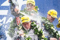 LMP2 podium: los pilotos celebran con champagne