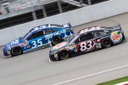 Cole Whitt, Front Row Motorsports Ford y Matt DiBenedetto, BK Racing Toyota