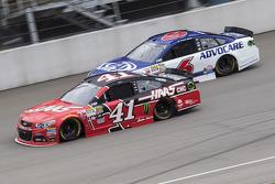 Kurt Busch, Stewart-Haas Racing Chevrolet y Trevor Bayne, Roush Fenway Racing Ford