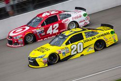 Matt Kenseth, Joe Gibbs Racing Toyota e Kyle Larson, Chip Ganassi Racing Chevrolet
