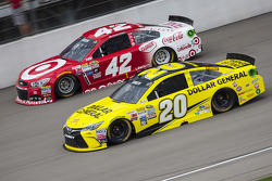 Matt Kenseth, Joe Gibbs Racing Toyota y Kyle Larson, Chip Ganassi Racing Chevrolet