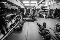 Los miembros del equipo Speed Extreme Motorsports toman un descanso entre las paradas en boxes