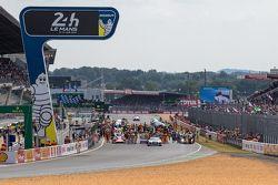 Autos in der Startaufstellung vor dem Rennen