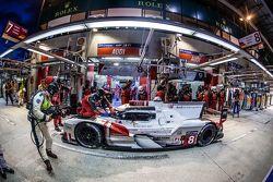 Parada d pits para el #8 Audi Sport Team Joest Audi R18 e-tron quattro: Lucas di Grassi, Loic Duval, Oliver Jarvis