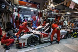 Parada d pits para el #8 Audi Sport Team Joest Audi R18 e-tron quattro: Lucas di Grassi, Loic Duval