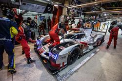 Parada d pits para el #9 Audi Sport Team Joest Audi R18 e-tron quattro: René Rast, Filipe Albuquerq
