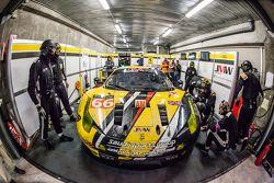 Pit stop untuk #66 JMW Motorsport Ferrari 458 GTE: Abdulaziz Al Faisal, Jakub Giermaziak, Michael A