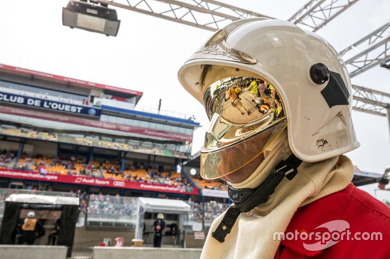 Le Mans, Feuerwehrmann in der Boxengasse