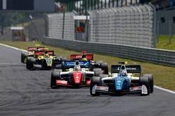 Егор Оруджев, Arden, лидирует в гонке, и Оливер Роуленд, Fortec
