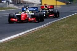 Оливер Роуленд, Fortec, лидирует в гонке, и Матье Ваксивьер, Lotus