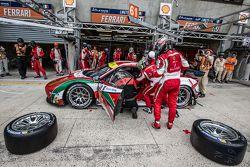 Boxenstopp für #61 AF Corse, Ferrari 458 GTE: Peter Ashley-Mann, Raffaele Giammaria, Matteo Cressoni