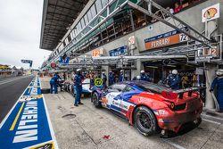 Boxenstopp für #72 SMP Racing, Ferrari 458 GTE: Andrea Bertolini, Viktor Shaitar, Alexey Basov