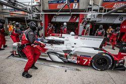 Boxenstopp für #7 Audi Sport Team Joest, Audi R18 e-tron quattro: Marcel Fässler, André Lotterer, Be
