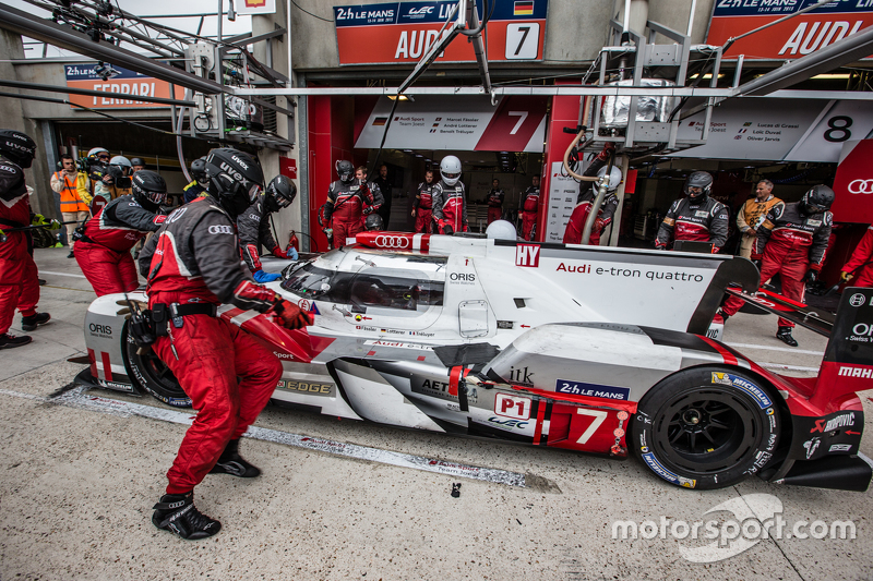 Pit stop untuk #7 Audi Sport Team Joest Audi R18 e-tron quattro: Marcel Fässler, Andre Lotterer, Be