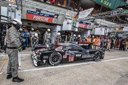 Parada de pits para el #18 Porsche Team Porsche 919 Hybrid: Romain Dumas, Neel Jani, Marc Lieb