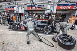 Pitstop voor #18 Porsche Team Porsche 919 Hybrid: Romain Dumas, Neel Jani, Marc Lieb