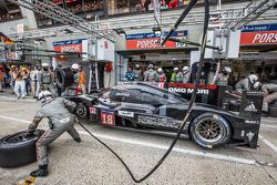 Arrêt aux stands pour la #18 Porsche Team Porsche 919 Hybrid : Romain Dumas, Neel Jani, Marc Lieb
