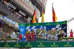 Podium LMP1 : les vainqueurs, Porsche Team : Nico Hulkenberg, Nick Tandy, Earl Bamber, les deuxièmes, Porsche Team : Timo Bernhard, Mark Webber, Brendon Hartley, les troisièmes, Audi Sport Team Joest Audi R18 e-tron quattro : Marcel Fässler, Andre Lotterer, Benoit Tréluyer