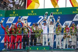 Podio LMP1: ganadores de clase y en general de Porsche Team: Nico Hulkenberg, Nick Tandy, Earl Bambe