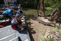 I piloti osservano la fauna locale all'evento Darwin