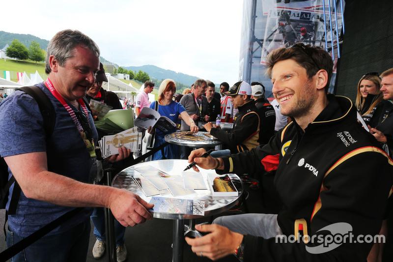 Romain Grosjean, Lotus F1 Team, schreibt Autogramme für die Fans