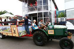 Un tractor Spielberg llega al motorhome de Manor F1