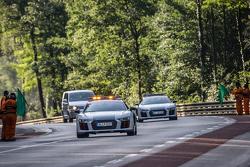 Mobil pengaman membuka trek untuk balapan