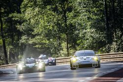 #40 Krohn Racing Ligier JS P2: Tracy Krohn, Nic Jonsson, Joao Barbosa, #92 Porsche Team Manthey Porsche 911 RSR: Frédéric Makowiecki, Patrick Pilet, Wolf Henzler