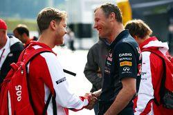 Sebastian Vettel, Ferrari con Ole Schack, Red Bull Racing Mechanic