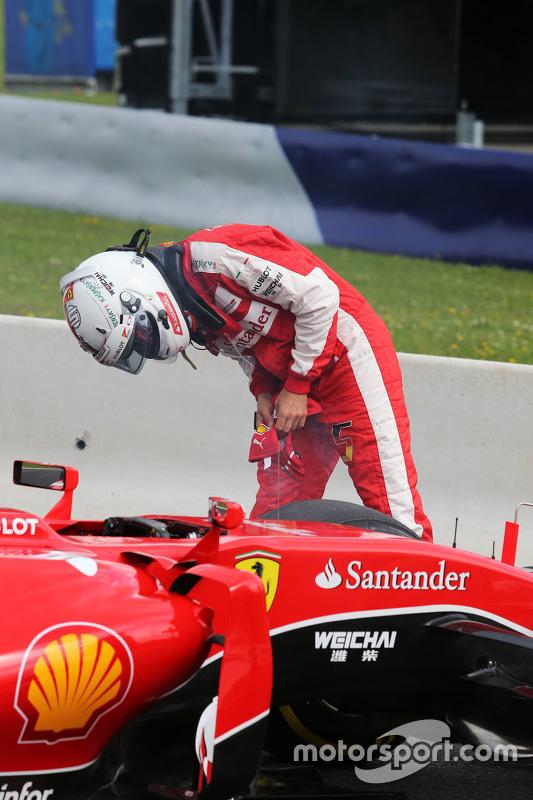Sebastian Vettel, Ferrari SF15-T si ferma in pista nella prima sessione di prove