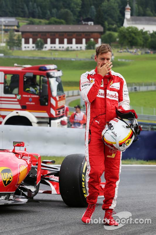 Sebastian Vettel, Ferrari SF15-T stopt in de eerste training op het circuit