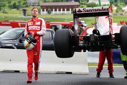 Sebastian Vettel, Ferrari SF15-T se para en el circuito en la práctica 1