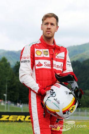 Sebastian Vettel, Ferrari se para en el circuito en la práctica 1