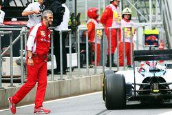 Felipe Massa, Williams FW37 evita golpear a Maurizio Arrivabene, Ferrari, en los pits en la práctica
