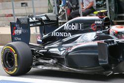 Jenson Button, McLaren MP4-30 cubierta del motor y el detalle de la suspensión trasera
