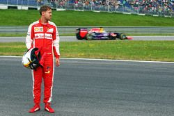 Sebastian Vettel, Ferrari SF15-T, wird überholt von Daniel Ricciardo, Red Bull Racing RB11, nachdem