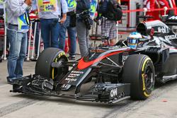 Fernando Alonso, McLaren MP4-30 con un nuovo alettone frontale
