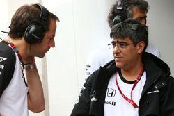 Ciaron Pilbeam, ingénieur de course en chef de McLaren avec Peter Prodromou, ingénieur en chef de McLaren