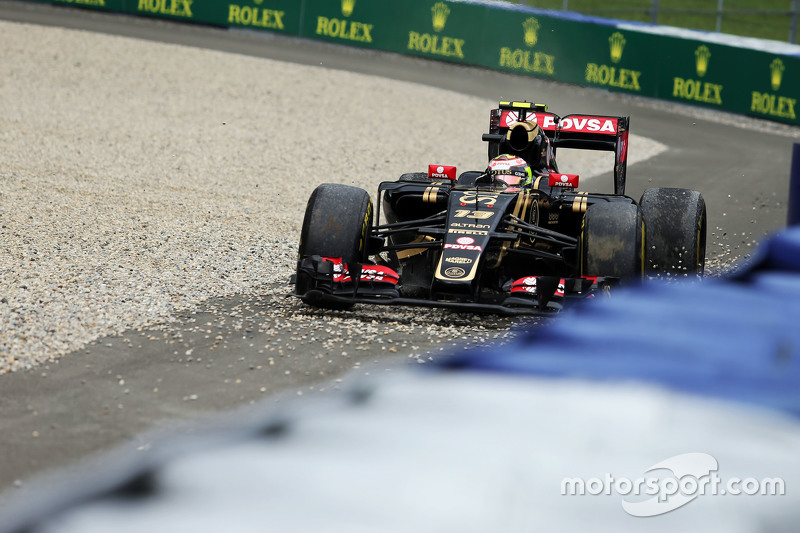 Pastor Maldonado, Lotus F1 E23 runs wide