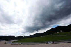 Marcus Ericsson, Sauber C34 leads Valtteri Bottas, Williams FW37