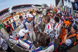 Les pilotes se réunissent avant la photo de la FIA