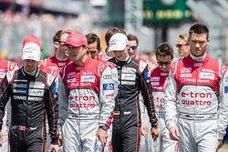 Les pilotes vont vers le photoshoot de la FIA : Neel Jani, Marcel Fässler et Andre Lotterer